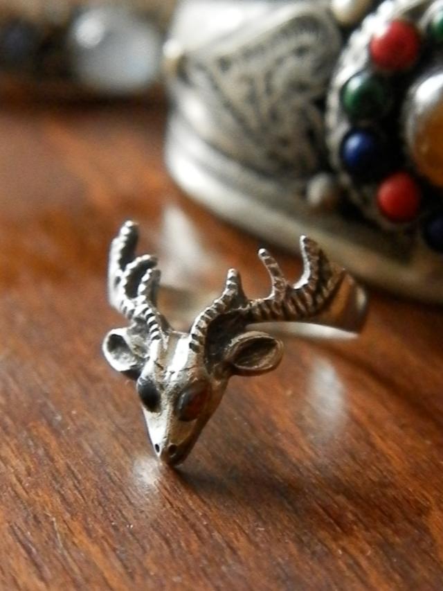 silver stag V ring with garnet eyes